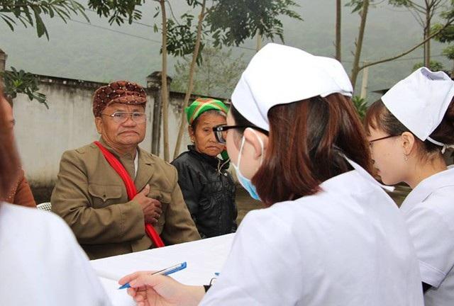 Nhiều người dân phải đi 3-4 tiếng để đến được bác sỹ khám và phát thuốc miễn phí