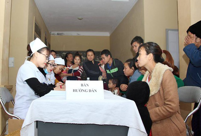Người dân xã Lượng Minh đến đăng kí kiểm tra sức khỏe