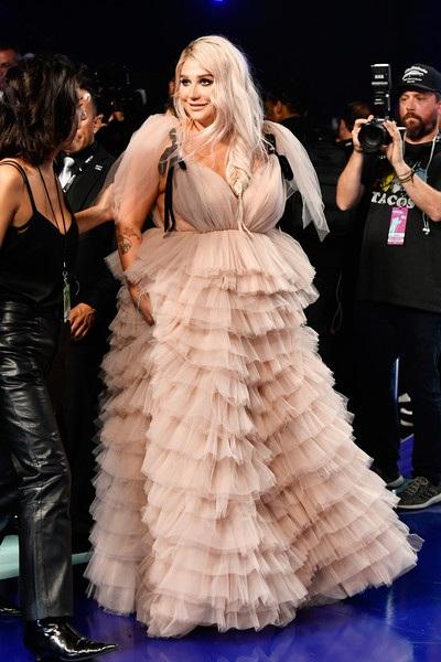 Kesha gây choáng với hình ảnh mới