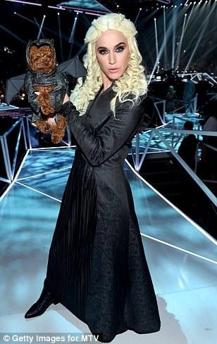 """Katy Perry thay trang phục """"chóng mặt"""" khi làm MC - 12"""