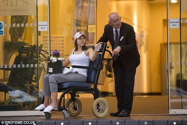 Imogen Thomas rời bệnh viện sau ca phẫu thuật thu nhỏ vòng một hôm 4/8 vừa qua.