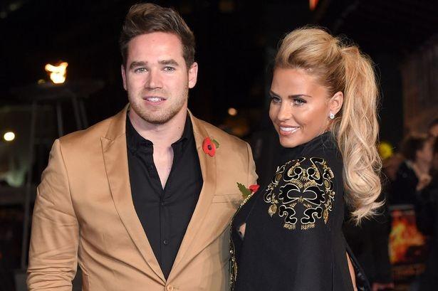Người mẫu nổi tiếng nước Anh xác nhận thông tin cuộc hôn nhân của cô với vũ công thoát y Kieran Hayler đã tan vỡ