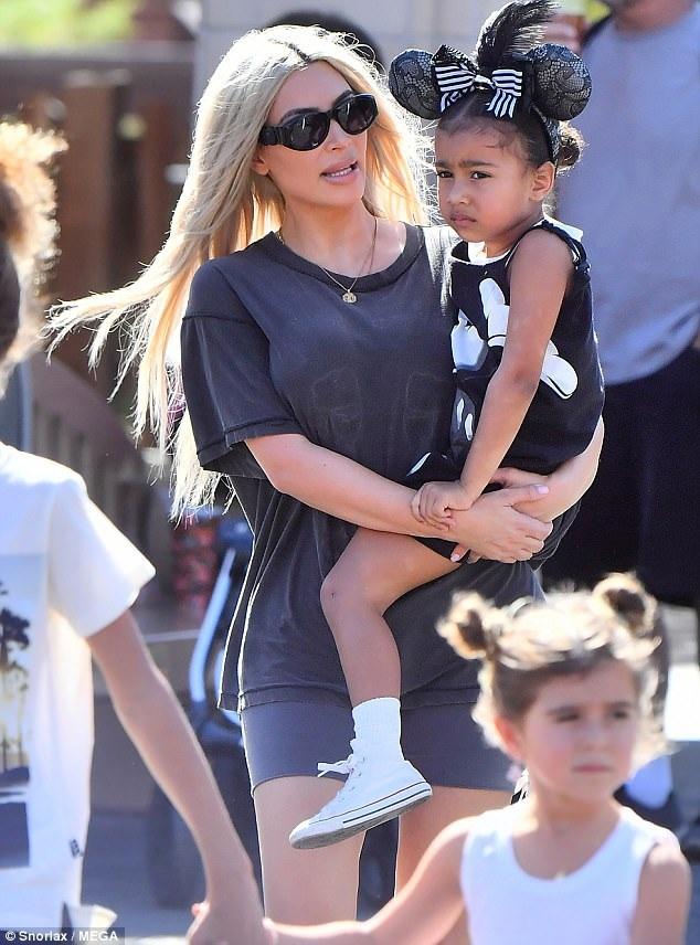 Kim Kardashian đi chơi ở Disneyland, Anaheim, California ngày 25/10 cùng 2 con nhỏ North và Saint