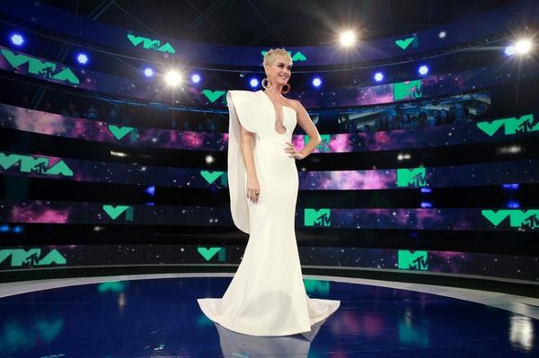 Ca sỹ 33 tuổi diện bộ váy trắng thanh lịch của Stephanie Rolland khi bắt đầu tham dự sự kiện