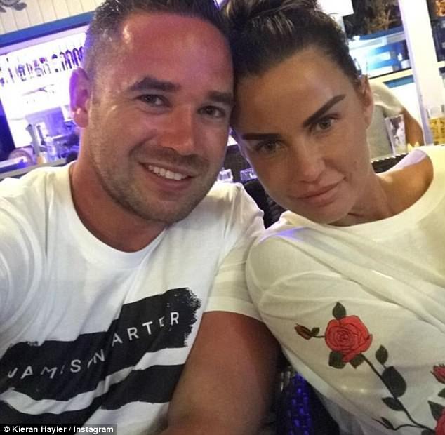 Người mẫu 39 tuổi kết hôn với vũ công chuyên nhảy thoát y kém cô 9 tuổi vào năm 2013