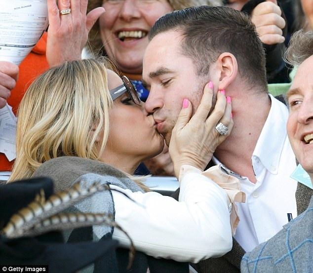 Katie Price tuyên bố chồng và vú em của gia đình còn tình tứ với nhau trước mặt chính các con của họ