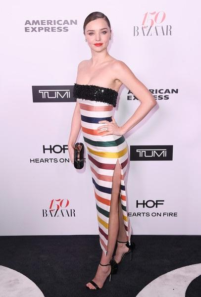 Chân dài Úc trẻ trung trong chiếc váy sọc ngang nhiều màu giá hơn 6000 đô la Mỹ