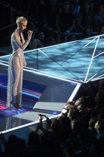 Katy Perry thay trang phục chóng mặt khi làm MC
