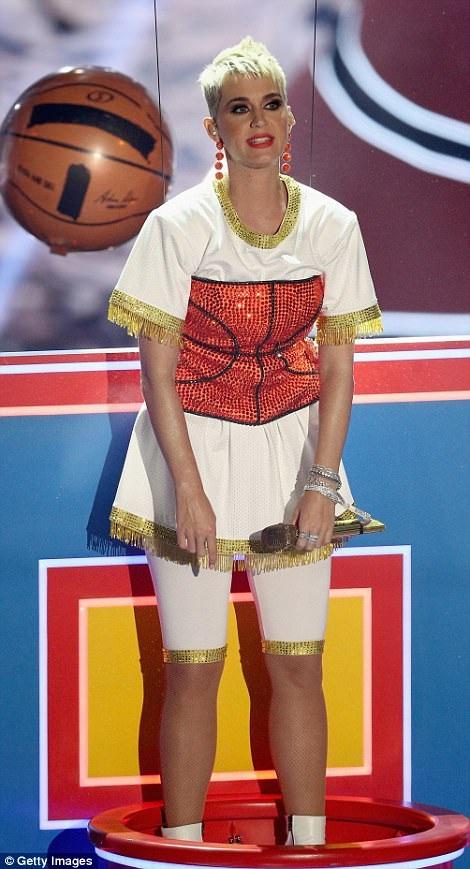 """Katy Perry thay trang phục """"chóng mặt"""" khi làm MC - 13"""