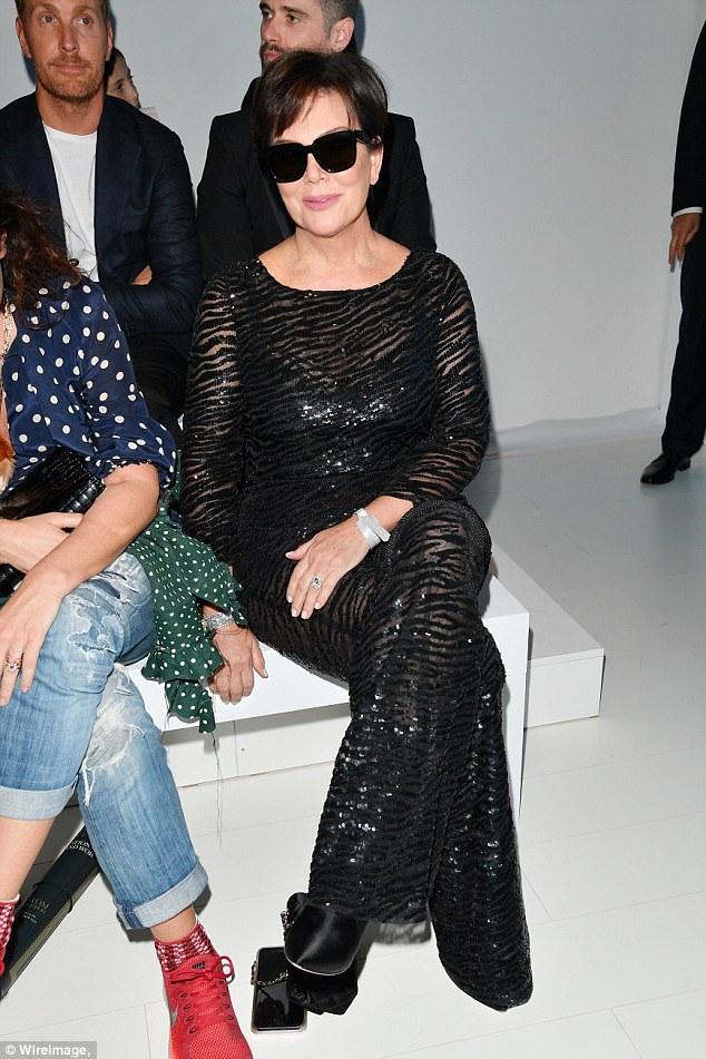 Bà Kris Jenner - mẹ cô Kim hộ tống con gái dự tuần lễ thời trang Milan.