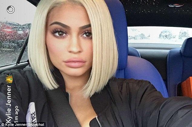 Fans liên tục hỏi thăm Kylie Jenner trên trang cá nhân rằng cô có mới nâng ngực, nâng vòng ba và bơm môi hay không