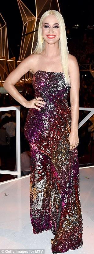 """Katy Perry thay trang phục """"chóng mặt"""" khi làm MC - 14"""