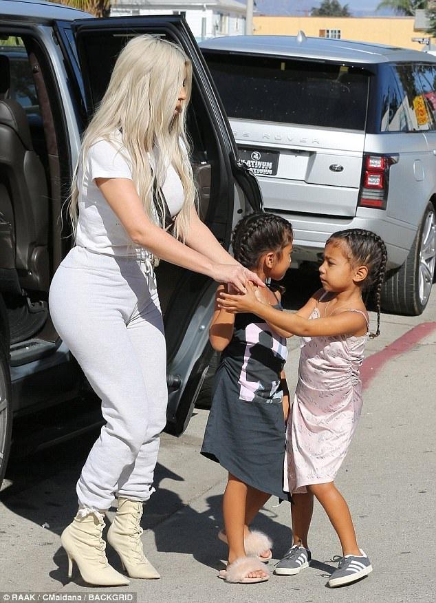Trở về sau tuần lễ thời trang New York, Kim Kardashian lại tiếp tục hình ảnh bà mẹ hoàn hảo