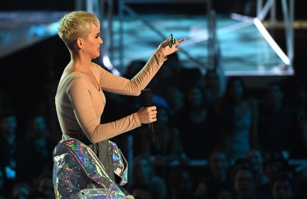 Katy Perry hào hứng và vui nhộn trên sân khấu
