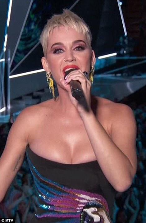 Khán giả chóng mặt với tốc độ thay trang phục của Katy.