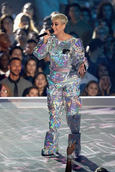 """Katy Perry thay trang phục """"chóng mặt"""" khi làm MC - 10"""