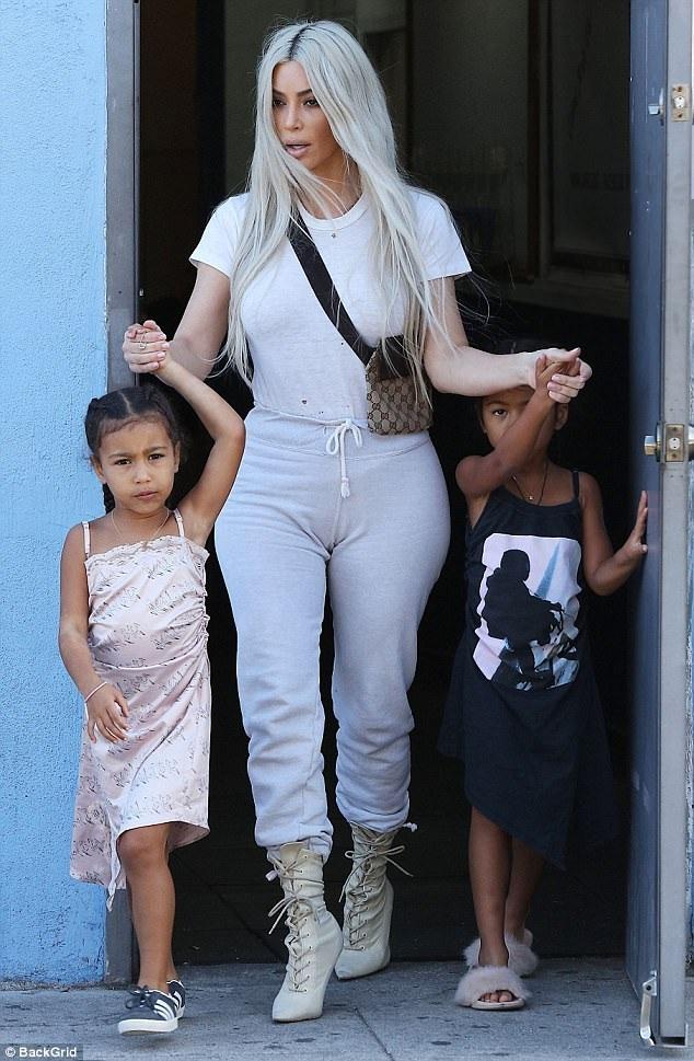 Kim Kardashian và Kanye West được cho là sắp đón 1 con gái vào tháng 1 năm sau nhờ người mang thai hộ