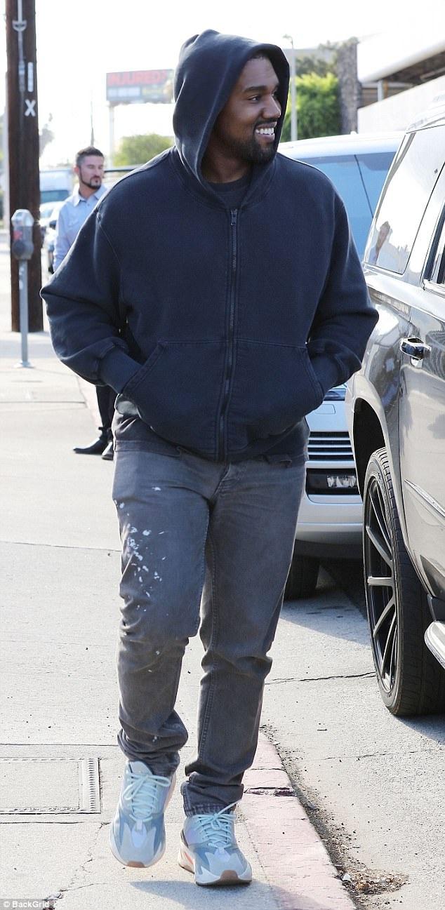 Kanye West vui vẻ khi đi ăn trưa cùng vợ con.
