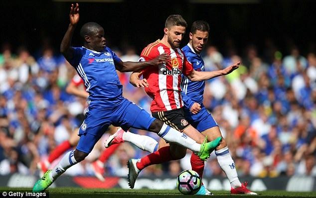 Chelsea đã sáng suốt khi chiêu mộ Kante trong mùa Hè 2016. Giống như ở Leicester, Kante hoạt động trên khu vực rộng, không biết mệt mỏi và luôn trong tư thế sẵn sàng cướp bóng từ đối phương. Thậm chí, không ngoa khi cho rằng Kante cân cả hàng tiền vệ đối thủ. Nhờ đóng góp lớn cho Chelsea, cầu thủ người Pháp đã giành giải Cầu thủ xuất sắc nhất Premier League do PFA, FWA, Ban tổ chức bình chọn.