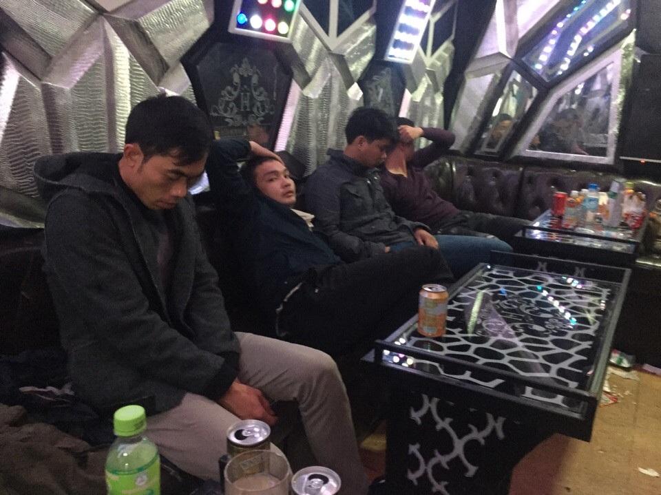 Đột kích quán karaoke, bắt quả tang hàng chục dân chơi đang bay lắc - 2