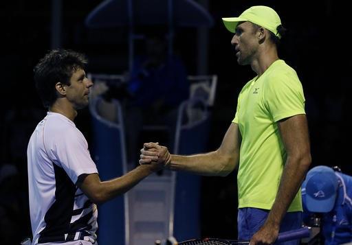 Horacio Zeballos (trái) trong trận gặp Ivo Karlovic (phải)