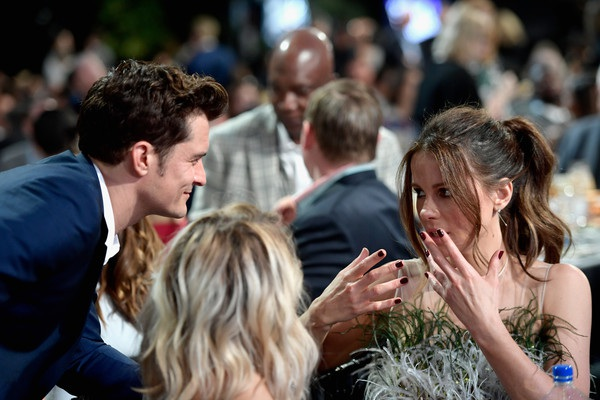Orlando Bloom và Kate Beckinsale say sưa trò chuyện bên bàn tiệc