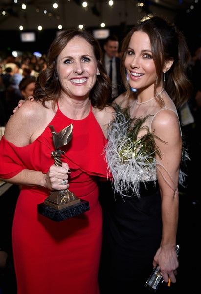 Kate Beckinsale chúc mừng nữ diễn viên phụ xuất sắc nhất Molly Shannon