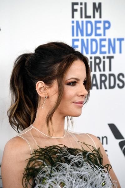 Kate Beckinsale trang điểm nhẹ nhàng mà vẫn xinh đẹp