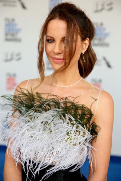 Ngôi sao người Anh diện bộ váy sang trọng của Pamela Rolland