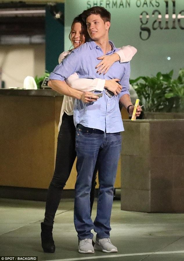 Kate Beckinsale có con gái 18 tuổi chuẩn bị vào đại học, bạn trai mới của cô chỉ hơn con cô 3 tuổi!