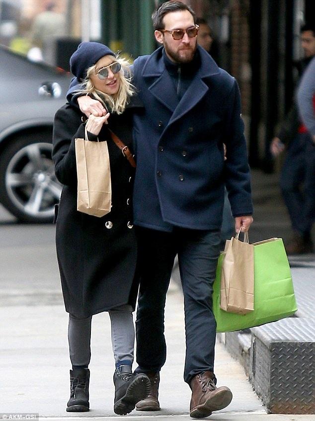 Kate Hudson hạnh phúc đi dạo cùng bạn trai mới Danny Fujikawa trên đường phố New York ngày 26/3 vừa qua