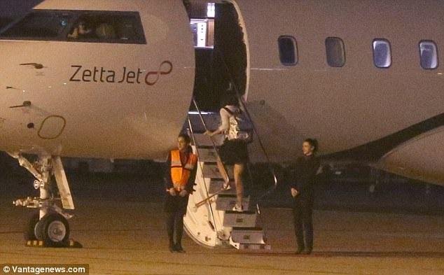 Nữ diễn viên 38 tuổi lên máy bay trước bạn trai tin đồn.