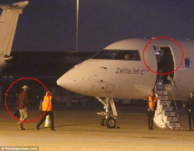Katie Holmes và Jamie Foxx bị bắt gặp lên cùng một chuyến bay tới Paris, Pháp.