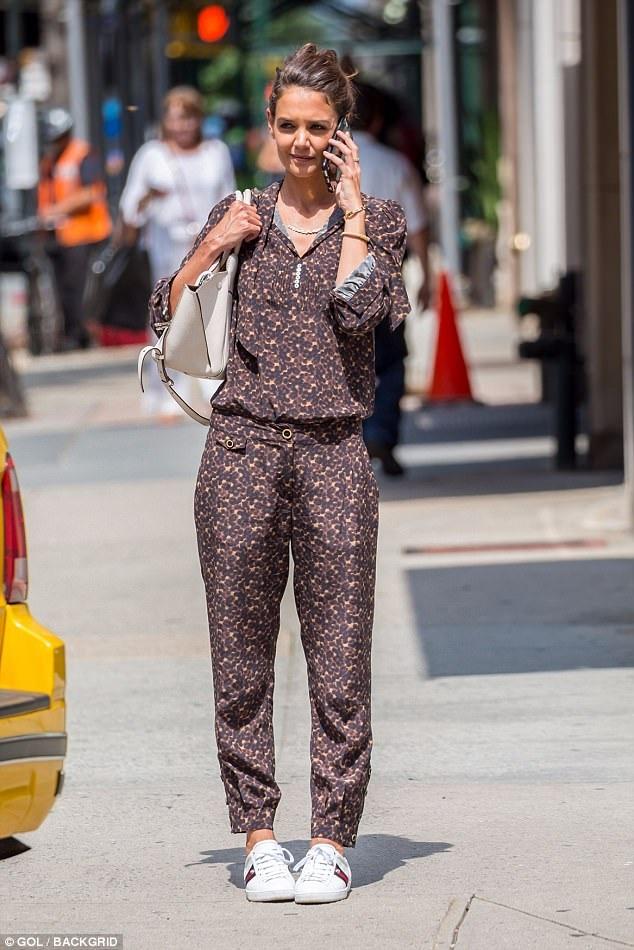 Nữ diễn viên nổi tiếng ăn mặc rất giản dị và trẻ trung.