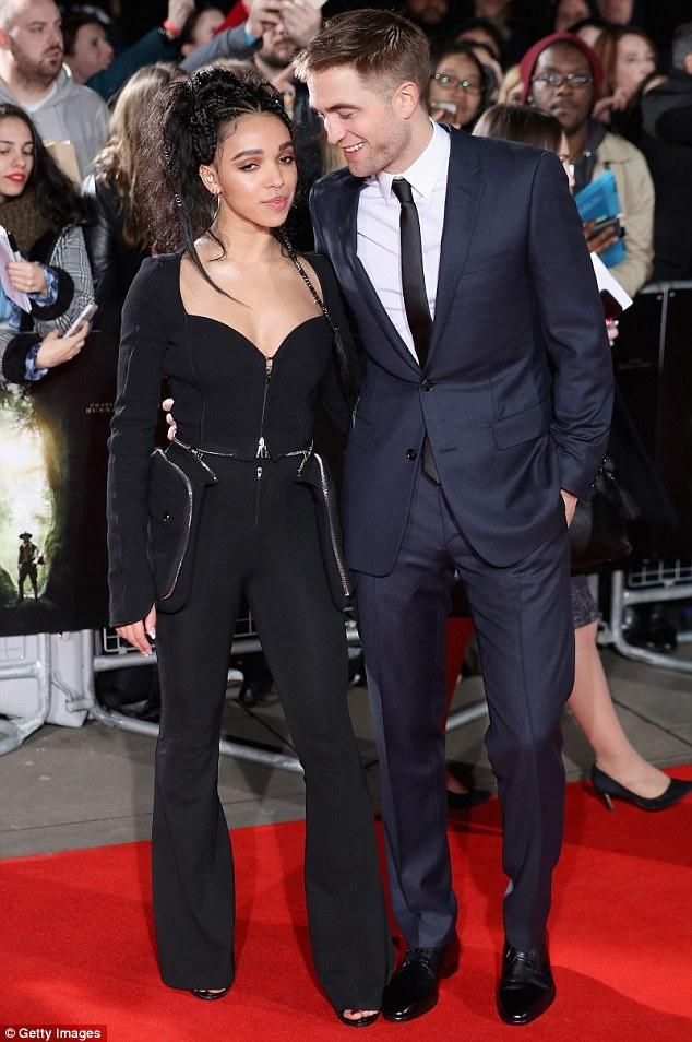 FKA Twigs và Robert Pattinson công khai hò hẹn từ năm 2014. Tháng trước, nam diễn viên của Chạng vạng còn tiết lộ, anh và FKA Twigs đã đính hôn. Nữ ca sĩ FKA Twigs là bạn gái duy nhất của Robert kể từ khi anh chia tay với nữ diễn viên Kristen Stewart.