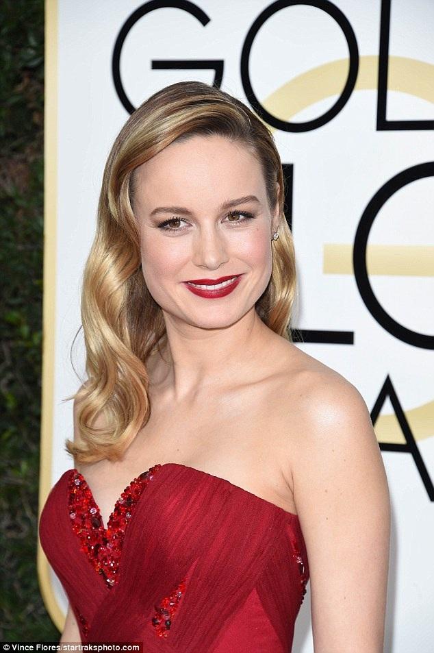 Brie Larson diện váy đỏ và làm tóc cổ điển để tôn lên làn da trắng mịn