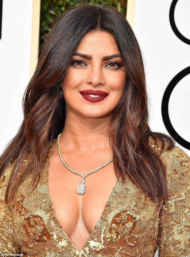 Cựu Hoa hậu thế giới Priyanka Chopra rất hợp với son môi màu cherry và mắt ánh kim