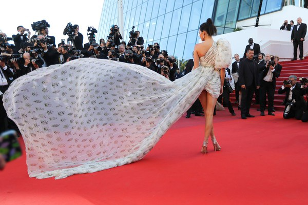 Người đẹp Mỹ liên tục được mời dự các sự kiện thời trang, điện ảnh lớn nhỏ