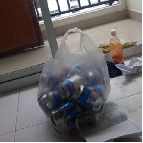 Túi lon bia con trai anh Lê Đình Anh gom để nộp cho nhà trường