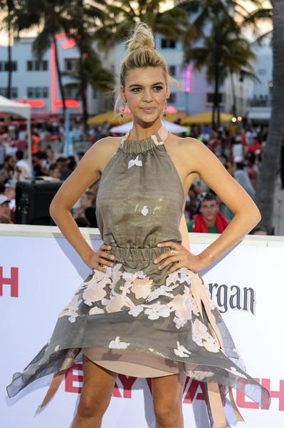 Kelly Rohrbach - bạn gái cũ của Leonardo DiCaprio cũng tham gia phim này