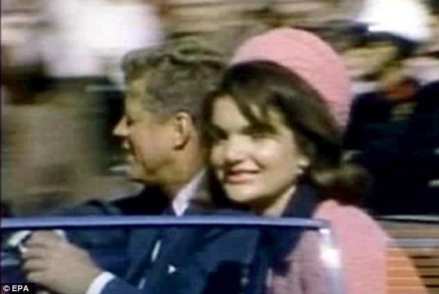 Cựu Tổng thống Mỹ John F. Kennedy bị bắn khi đang ngồi trên xe cùng phu nhân ở thành phố Dallas, bang Texas ngày 22/11/1963. (Ảnh: EPA)
