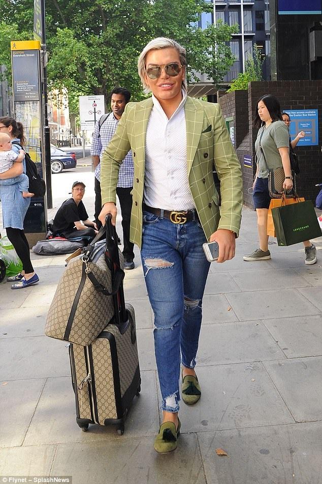 Rodrigo Alves sải bước sành điệu trên đường phố London ngày 13/8 vừa qua