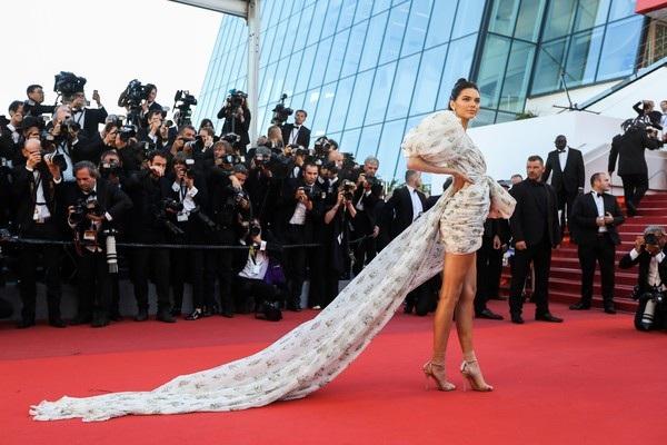 Bộ váy Giambattista Valli mềm mại tung bay trong gió giúp Kendall trở nên đẹp hút hồn