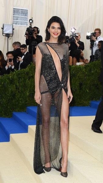 Siêu mẫu Kendall Jenner được nhắc tới liên tục những ngày qua vì bộ váy hở bạo cô mặc dự sự kiện thời trang Met Gala