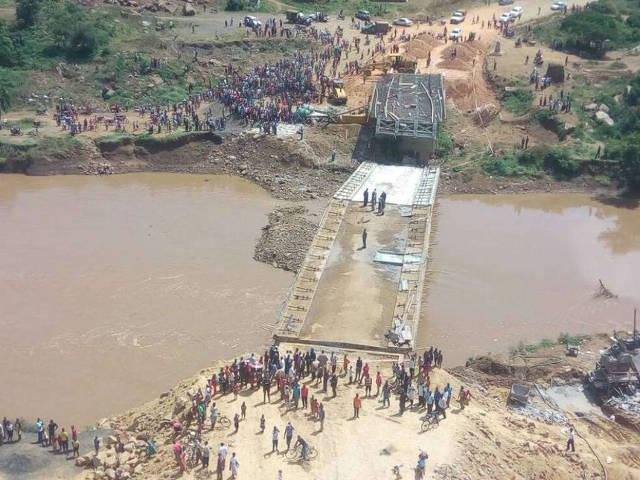 Cây cầu ở Kenya được xây dựng bởi công ty Trung Quốc đổ sập trong khi dự kiến hoàn thành vào tháng tới. (Nguồn: The Star)