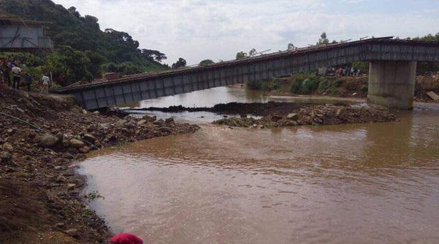 Cầu bị sập khoảng 50m từ đầu cầu đến giữa thân cầu. (Nguồn: The Star)