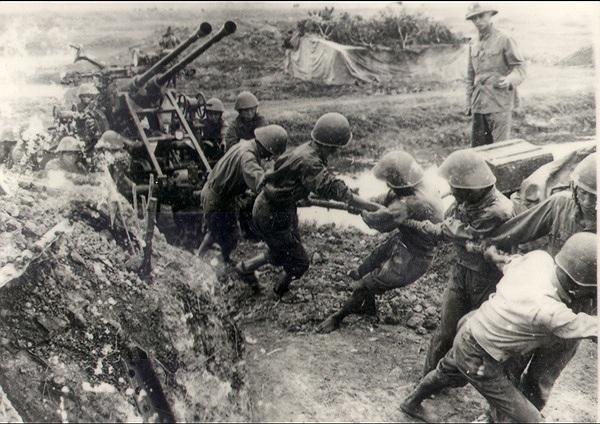 Hình ảnh người lính cụ Hồ kéo pháo lên trận địa trong kháng chiến chống Pháp. Ảnh tư liệu.