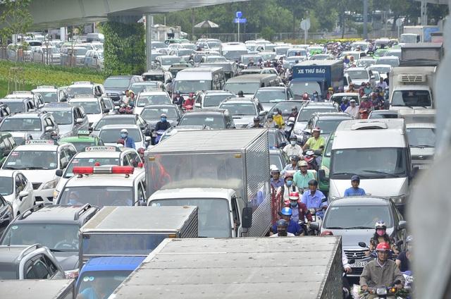Giao thông khu vực sân bay Tân Sơn Nhất tắc nghẽn hơn 3 giờ đồng hồ ngày 20/7 (ảnh Đình Thảo)