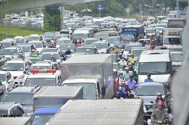 Dù mới đưa vào sử dụng cầu vượt Trường Sơn nhưng ùn tắc vẫn thường xuyên xảy ra trên tuyến đường dẫn vào sân bay Tân Sơn Nhất