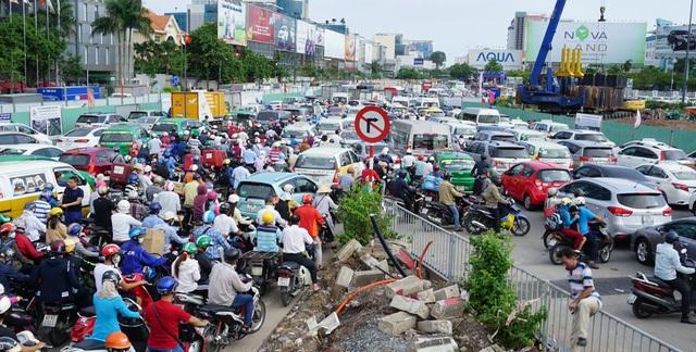Việc gia tăng nhanh chóng lượng xe dưới 9 chỗ ngồi kinh doanh vận tải hành khách khiến giao thông thêm căng thẳng. Trong ảnh: kẹt xe ở sân bay Tân Sơn Nhất